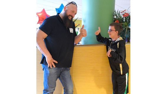 Big Show and a young fan give each other a hearty thumbs-up.