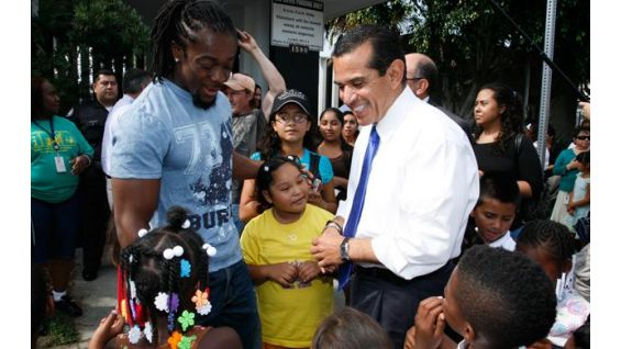 Mayor Villaraigosa and Kofi speak to the children.