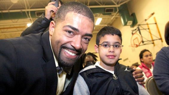 After talking about how his glasses made him a target for bullies and how he moved past it, David Otunga meets with students.