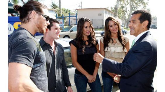 Los Angeles Mayor Antonio Villaraigosa talks with the competitors.