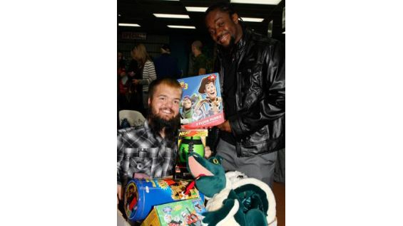 Toys For Tots Slogan : Superstars and divas kick off wwe s season for global
