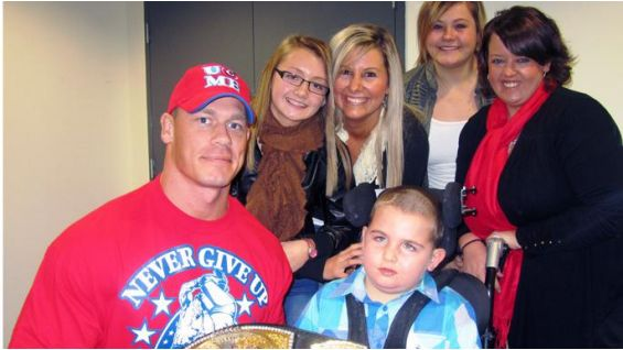 Huntah, his mom and his sisters pose with the Superstar.