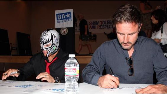 The Master of the 619 signs autographs alongside actor David Arquette.