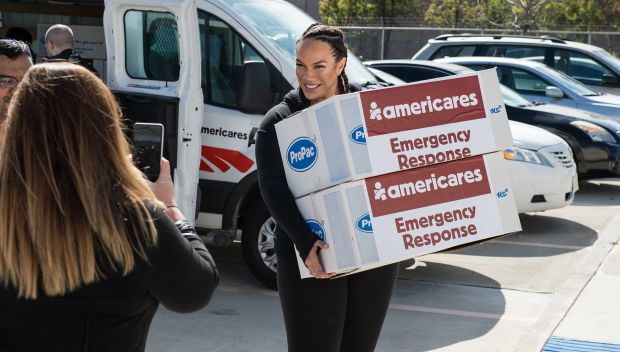 Superstars distribute AmeriCares emergency response kits in Houston: photos